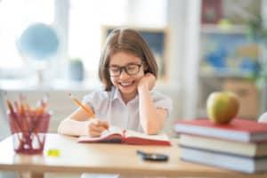 psihologia-copilului-fetita-invata-la-scoala