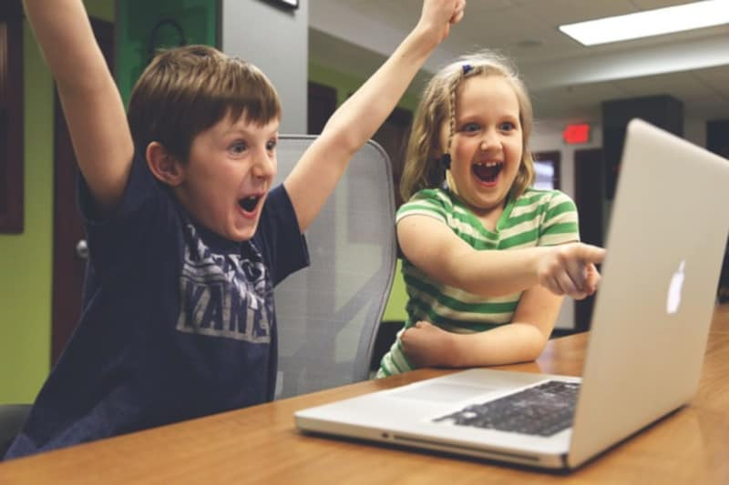 copii la laptop