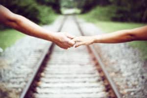cuplu se tine de mana psihologia relațiilor