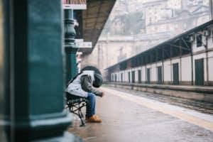 depresie și anxietate barbat in gara