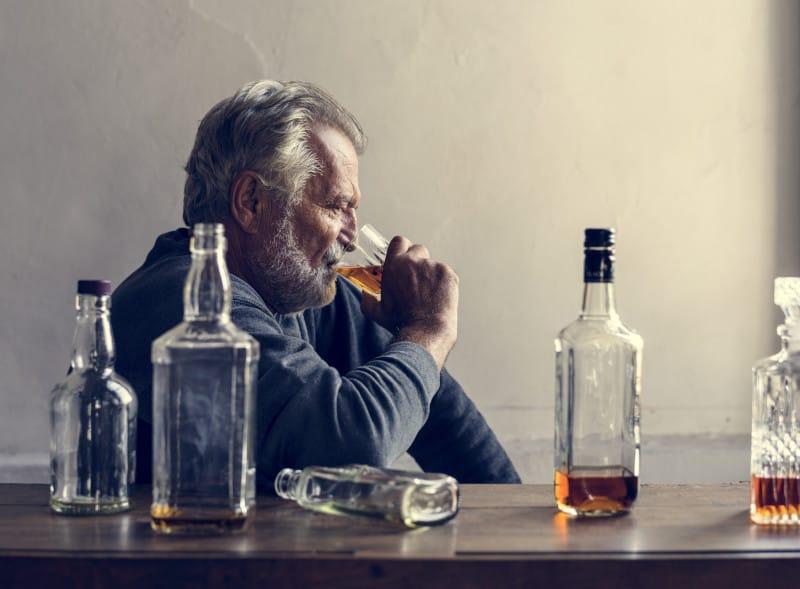 alcoolismul barbat cu mai multe sticle de alcool