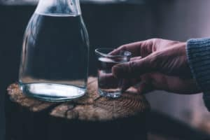 alcoolismul sticla pahar alcool