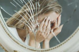 increderea in sine fata care plange in fata unei oglinzi sparte