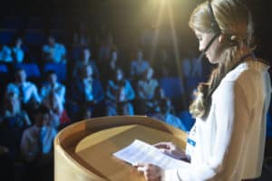 increderea in sine fata care vorbeste in public curaj