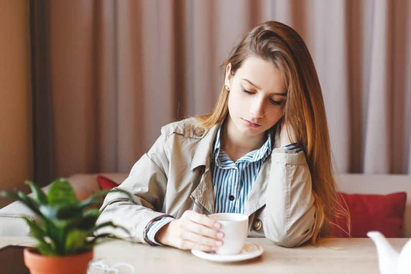 femeie in depresie bea singura cafea