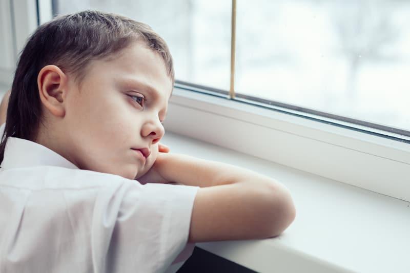 anxietatea de separare baiat se uita trist pe geam