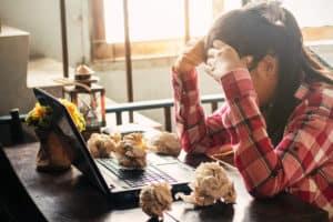 stresul femeie stresata cu biroul dezordonat