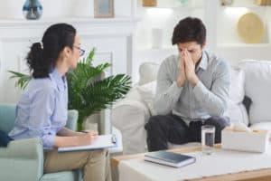 barbat aflat in depresie discuta cu psihiatrul