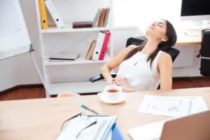 femeie-relaxata-la-birou-tipuri-de-personalitate
