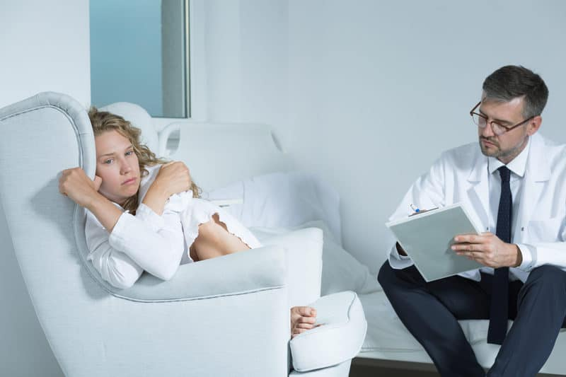 femeie care sufera de boli psihice la psihoterapeut.j