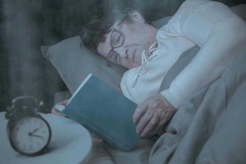 femeie in varsta care citeste o carte_dementa senila