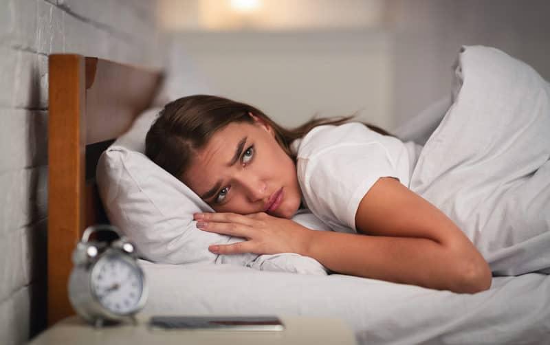 femeie tanara care sufera de insomnie