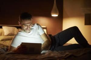 insomnie barbat pe tableta